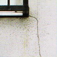 外壁にヒビが入っている