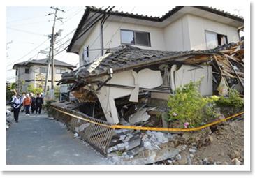 地震による住宅倒壊の惨状1