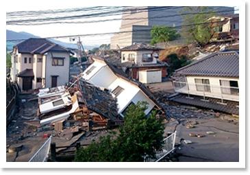 地震による住宅倒壊の惨状2
