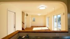 笛吹市 塗り壁のかわいい家 キッチンからのリビング