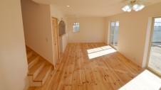 笛吹市 パイン無垢材の床の家 リビング1