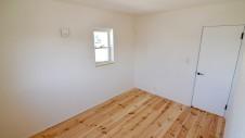 笛吹市 パイン無垢材の床の家 2F部屋1
