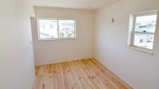 笛吹市 パイン無垢材の床の家 2F部屋2