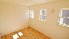 笛吹市 パイン無垢材の床の家 2F部屋4