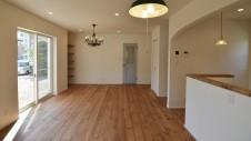 山梨市 塗り壁とエイジング加工のかわいい家 リビング3