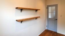 甲府市 漆喰塗り壁のかわいいお家 玄関造作棚板