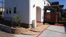 甲府市 漆喰塗り壁のかわいいお家 玄関アプローチ