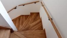 甲府市 漆喰塗り壁のかわいいお家 階段