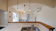 甲府市 漆喰塗り壁のかわいいお家 キッチンから見たリビング