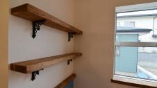 甲府市 漆喰塗り壁のかわいいお家 リビングの造作棚板