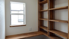 甲府市 漆喰塗り壁のかわいいお家 明るい書斎