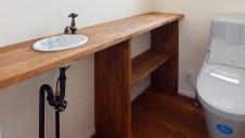 甲府市 漆喰塗り壁のかわいいお家 トイレの中のかわいい手洗いカウンター