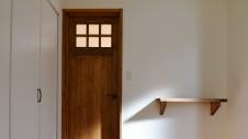 甲府市山宮 ナチュラルモダンのお家 木のドアと造作棚