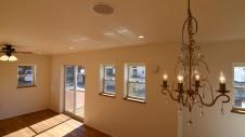 中央市浅利 自然素材の漆喰外壁のお家 シャンデリアに天井埋め込みスピーカー写真