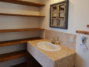 モザイクタイルを敷き詰めたの造作洗面台
