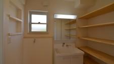 甲斐市龍地 漆喰仕上げのキュートなお家 サニタリーと造作棚