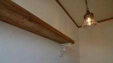 甲府市山宮に建つエイジング加工 造作棚板