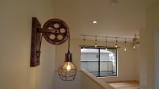 甲府市山宮に建つエイジング加工 かわいい照明