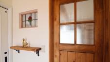 市川三郷 猫ちゃんが快適に住めるカワイイお家 玄関にあるステンドガラス