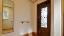 甲斐市に建つ自然素材にこだわるお家 玄関手摺と姿見鏡