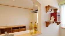 甲斐市に建つ自然素材にこだわるお家 キッチンカウンターとかわいい棚板