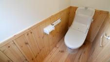 甲斐市に建つ自然素材にこだわるお家 トイレの腰壁板張り