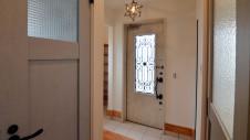 山梨市 自然素材の漆喰塗り壁のこだわりのかわいい家 白を基調としたかわいい玄関エントランス
