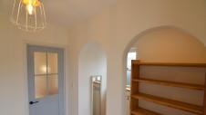 甲府市国母 自然素材の漆喰と極厚幅広フローリングのかわいい家 玄関のWアーチ