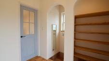 甲府市国母 自然素材の漆喰と極厚幅広フローリングのかわいい家 造作シューズクロークとアーチがかわいい