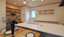 山梨市 自然素材の漆喰塗り壁のこだわりのかわいい家 ダイニングテーブルからのキッチン