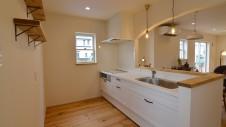 甲府市国母 自然素材の漆喰と極厚幅広フローリングのかわいい家 白がかわいいキッチン