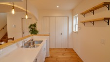 甲府市国母 自然素材の漆喰と極厚幅広フローリングのかわいい家 キッチンとかわいい造作棚