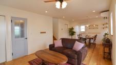甲府市国母 自然素材の漆喰と極厚幅広フローリングのかわいい家 リビング1