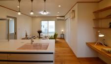 山梨市 自然素材の漆喰塗り壁のこだわりのかわいい家 キッチンから見たリビング