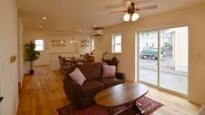 甲府市国母 自然素材の漆喰と極厚幅広フローリングのかわいい家 リビング2