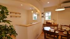 甲府市国母 自然素材の漆喰と極厚幅広フローリングのかわいい家 キッチンのアーチと造作棚がかわいいです
