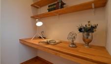 山梨市 自然素材の漆喰塗り壁のこだわりのかわいい家 造作棚