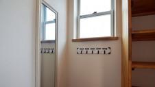 甲府市国母 自然素材の漆喰と極厚幅広フローリングのかわいい家 オリジナルキーフック