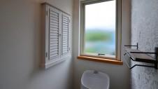 山梨市 自然素材の漆喰塗り壁のこだわりのかわいい家 トイレ内のかわいい棚