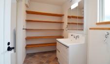 山梨市 自然素材の漆喰塗り壁のこだわりのかわいい家 洗面の造作棚