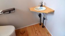 甲府市国母 自然素材の漆喰と極厚幅広フローリングのかわいい家 トイレ内のかわいい手洗い
