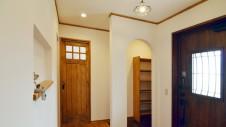 笛吹市に建つ広々平屋のフラットハウス 可愛くまとまった玄関エントランス