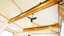 笛吹市に建つ広々平屋のフラットハウス 開放感ある勾配天井に大きな梁がカッコイイ!