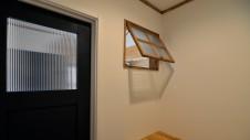 笛吹市に建つ広々平屋のフラットハウス 開閉出来る可愛い木製室内窓