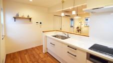 昭和町に建つねこちゃんと暮らすかわいいフラットハウス キッチン