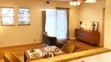 昭和町に建つねこちゃんと暮らすかわいいフラットハウス リビングダイニング