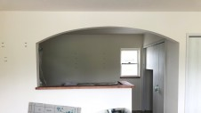 甲府市に建つ、ウッドデッキのある漆喰の塗り壁がおしゃれなお家