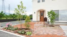 昭和町に建つ、漆喰の塗り壁がナチュラルでかわいいお家