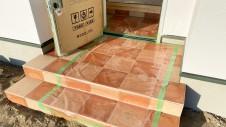 甲府市に建つ、リビングから使えるかわいい畳スペースのある漆喰の塗り壁のお家